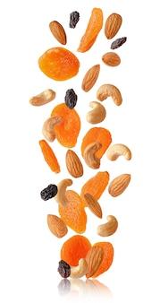 Vliegende droge geïsoleerde vruchten en noten