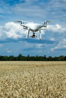 Vliegende drone boven het tarweveld
