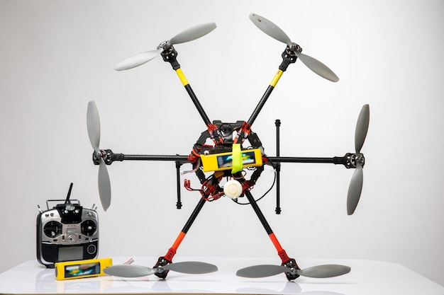 Vliegende drone en zilveren joystick ervoor