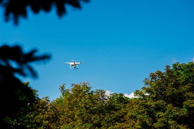 Vliegende drone in de natuur.