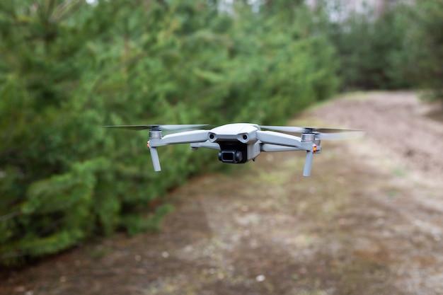 Vliegende drone in het bos Premium Foto