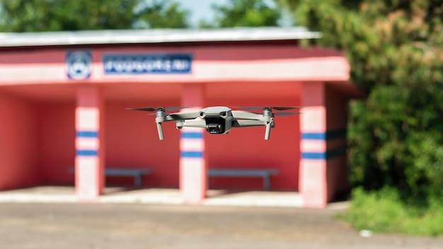 Vliegende drone met busstation en groen op de achtergrond