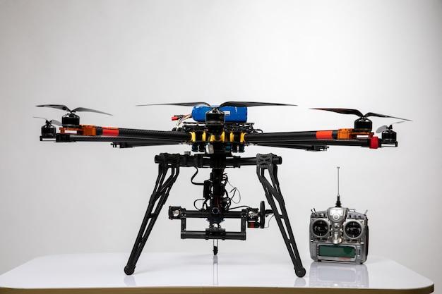 Vliegende drone met zilveren joystick