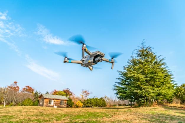 Vliegende drones in het park