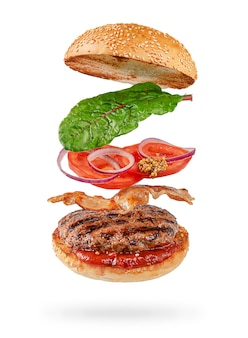 Vliegende hamburger met uitknippad geïsoleerd op wit