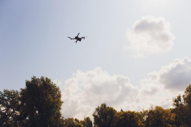 Vliegende hommel met blauwe hemelachtergrond, nieuwe technologie.
