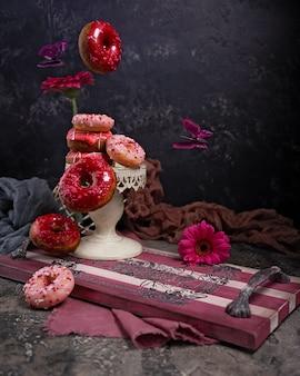 Vliegende kers donuts op uitstekend houten dienblad. vliegende vlinders