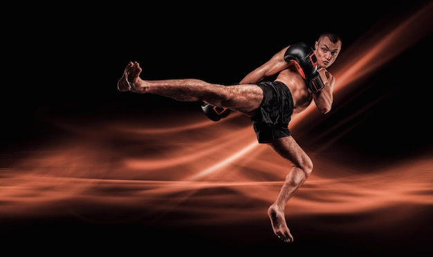 Vliegende mma-jager. kickboksen concept. knie slaat toe.