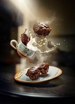 Vliegende muffins met een kopje cappuccino in een café