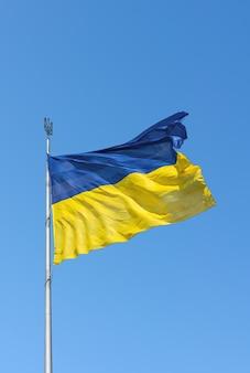 Vliegende oekraïense vlag in de lucht