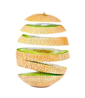 Vliegende plakjes sappige en zoete meloen, die op witte ruimte worden geïsoleerd. uitknippad.