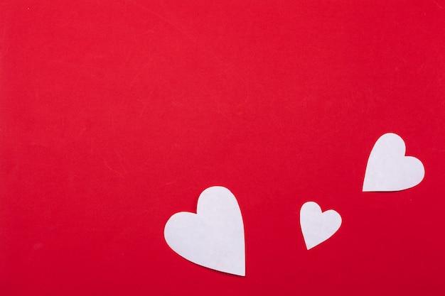 Vliegende rode papieren harten. valentijnsdag. liefde. kopieer ruimte.