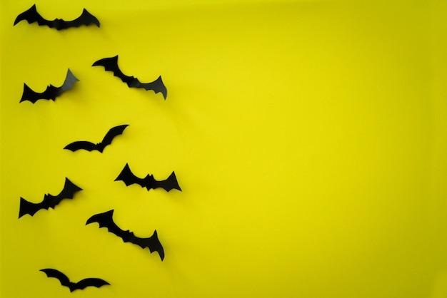 Vliegende vleermuizen op geel