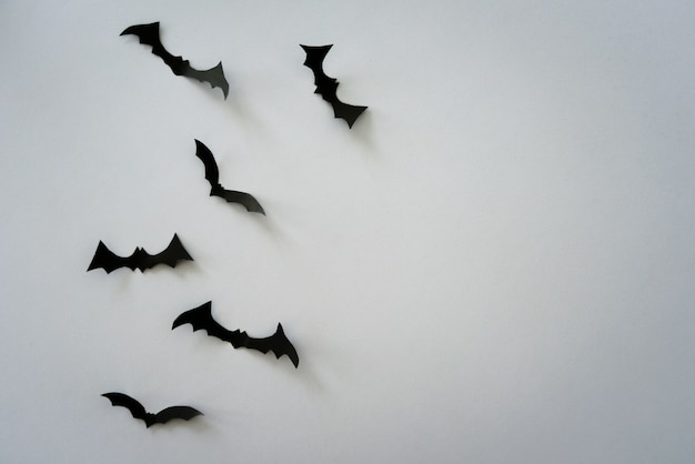 Vliegende vleermuizen op lichtgrijs