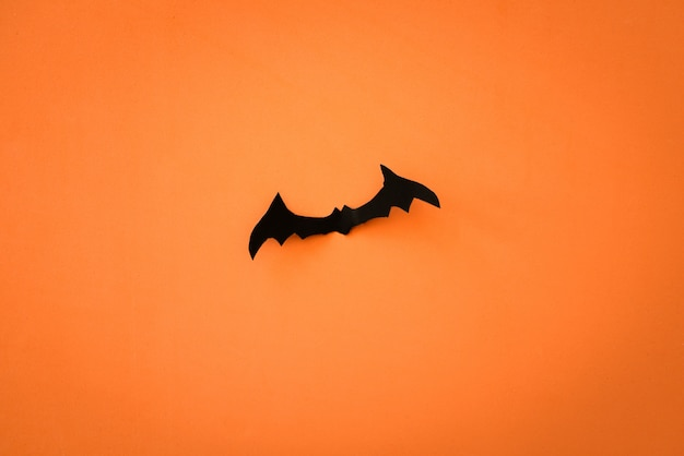 Vliegende vleermuizen op oranje