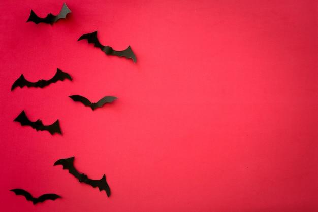 Vliegende vleermuizen op rood