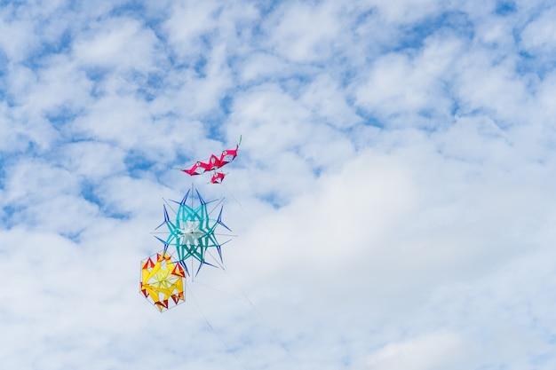 Vlieger die in de hemel onder de wolken vliegt