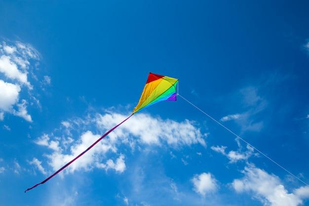 Vlieger die in de hemel tussen de wolken vliegt