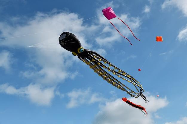 Vlieger festival. octopus vliegers in de lucht in de atlantische oceaan