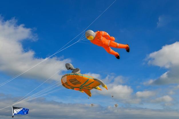 Vlieger festival. vliegers in de lucht in de atlantische oceaan