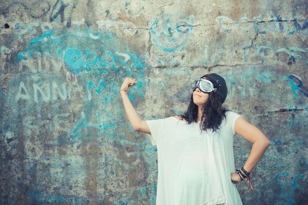 Vlieger grappige jonge mooie marokkaanse krullende vrouw
