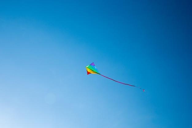 Vliegeren in de lucht tussen de wolken