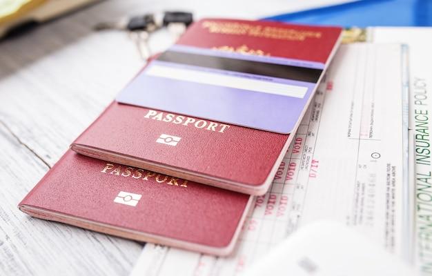 Vliegtickets, paspoorten en creditcard, toerisme en planning