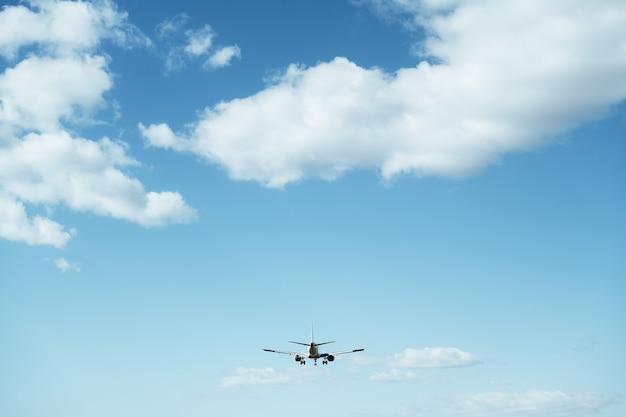 Vliegtuig bereidt zich voor om te landen