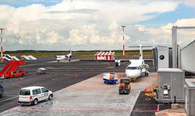 Vliegtuig bereidt zich voor op instappen in de luchthaventerminal van helsinki vantaa finland