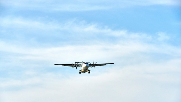 Vliegtuig bij de hemelachtergrond, koh samui.
