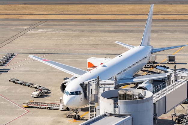 Vliegtuig bij jet bridge in luchthaven