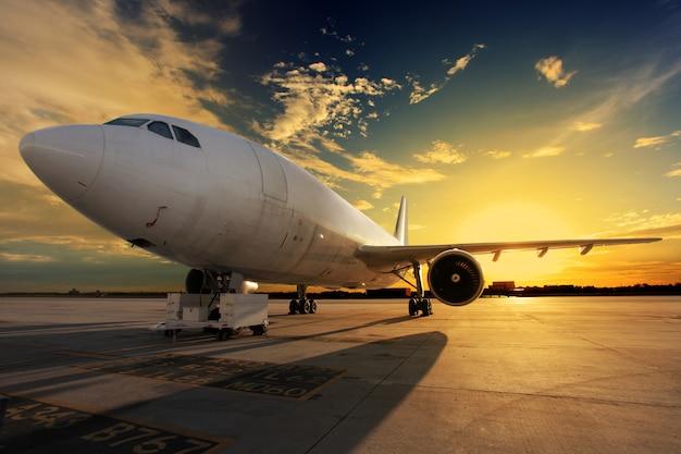 Vliegtuig bij zonsondergang