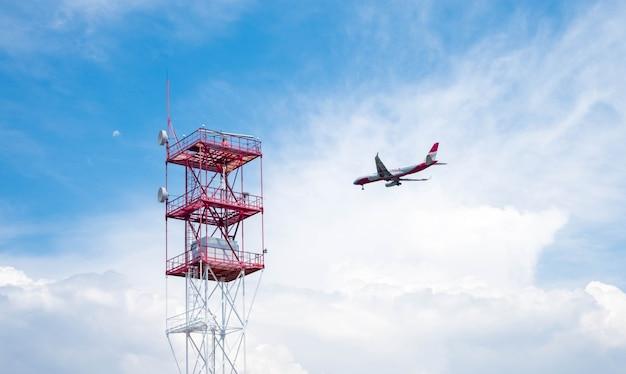 Vliegtuig dat door bewolkte hemel vliegt