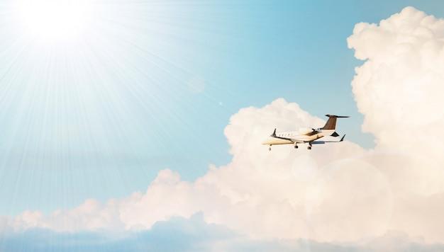 Vliegtuig dat in een bewolkte hemel vliegt