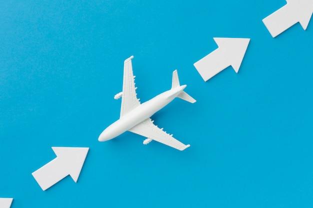 Vliegtuig dat in tegengestelde richting gaat dan pijlen