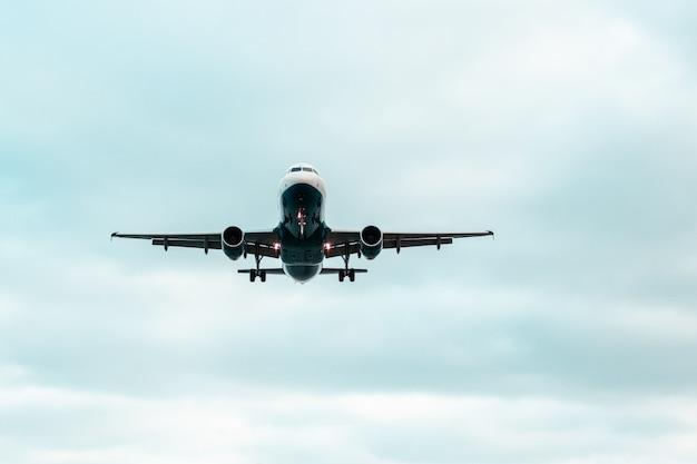 Vliegtuig dat omhoog in de hemel met een mooie blauwe hemel vliegt