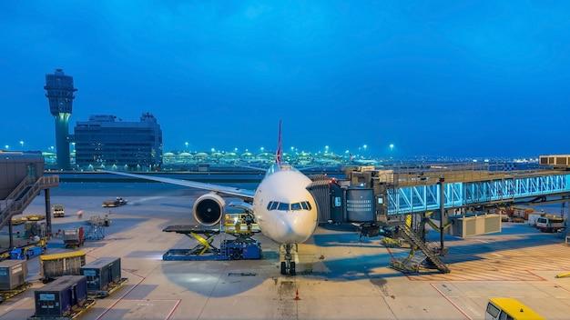 Vliegtuig die klaar voor start in internationale luchthaven voorbereidingen treffen