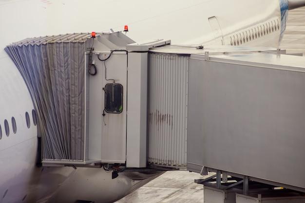 Vliegtuig die klaar voor startvliegtuig voorbereidingen treffen in de luchthaven.