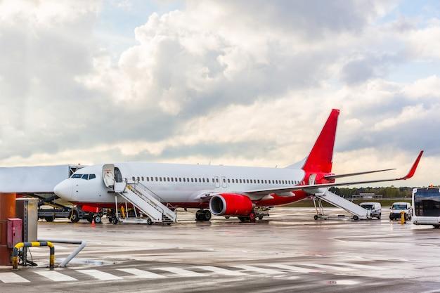 Vliegtuig die op passagiers bij luchthaven wachten