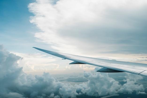 Vliegtuig en grote wolk