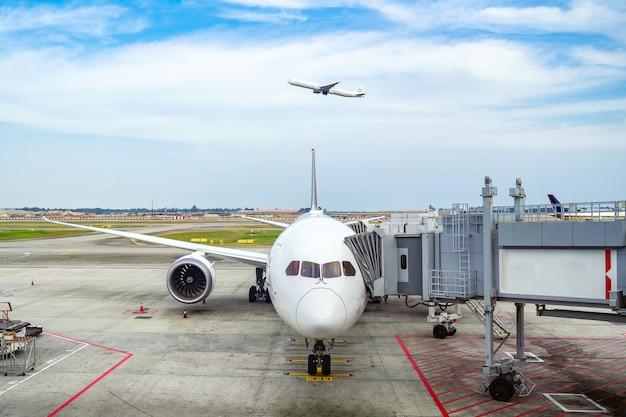Vliegtuig en melbourn luchthaven