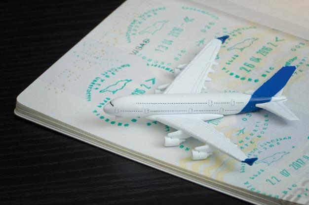 Vliegtuig en open paspoort met een visum