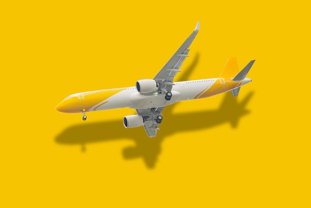 Vliegtuig en reflectie op pastelgele achtergrond