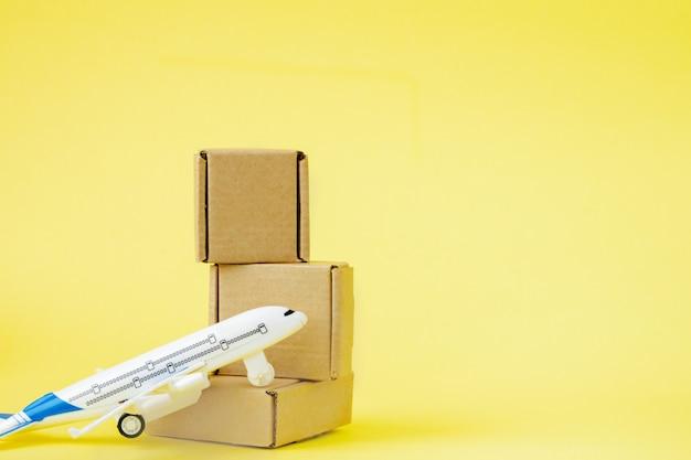 Vliegtuig en stapel kartonnen dozen.