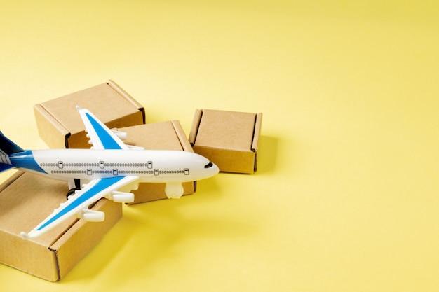 Vliegtuig en stapel kartonnen dozen