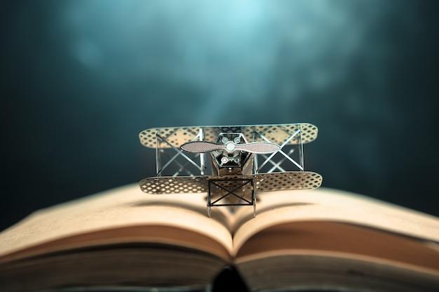 Vliegtuig figther op open boek met abstracte lichte studious student, onderwijs, concept.
