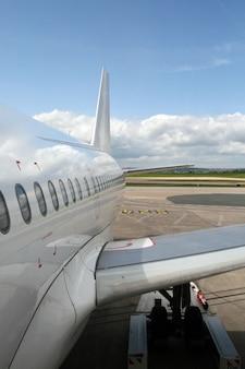 Vliegtuig geparkeerd op de luchthaven
