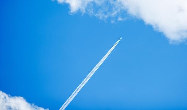 Vliegtuig in blauwe hemel