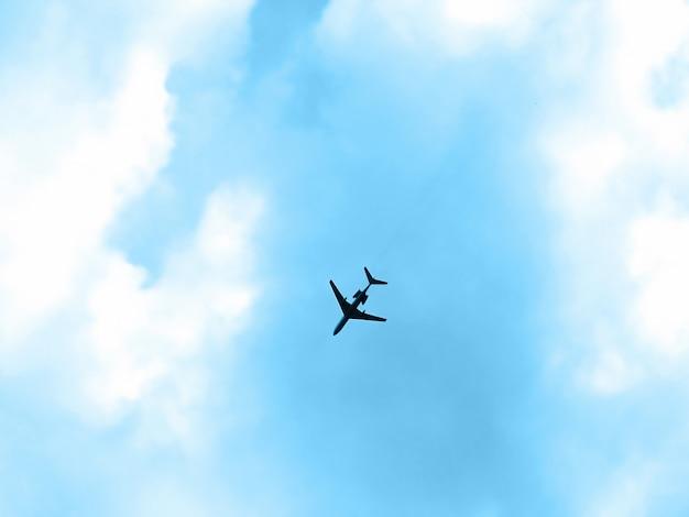 Vliegtuig in de blauwe lucht
