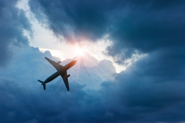 Vliegtuig in de donkerblauwe lucht en de wolk